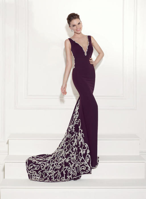 Let yourself be seduced by this feminine and unique dress collection of spectacu